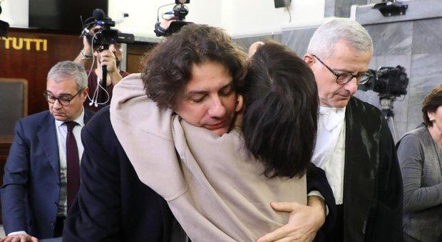 L'attivista dei Radicali italiani Marco Cappato abbraccia la fidanzata di DJ Fabo, Valeria Imbrogno, durante l'udienza del processo