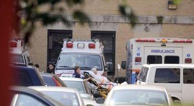 Pazienti evacuati da ospedale di Coney Island (Andrew Gombert - Epa)