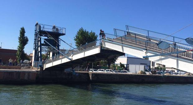 Fiumicino, isolate le due sponde del Tevere: chiuso Ponte 2 Giugno e bloccata la passerella