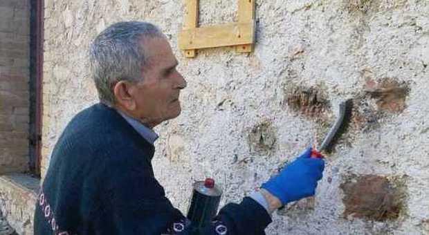 Enrico Angelini nel 2015 mentre a 90 anni cancella la svastica da Cascina Raticosa