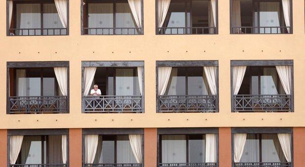 Coronavirus, a Tenerife positivi due italiani: mille isolati in hotel. Primo caso a Barcellona