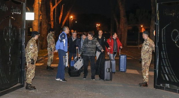 Coronavirus, addio alla Cecchignola: 19 italiani lasciano la caserma dopo la quarantena