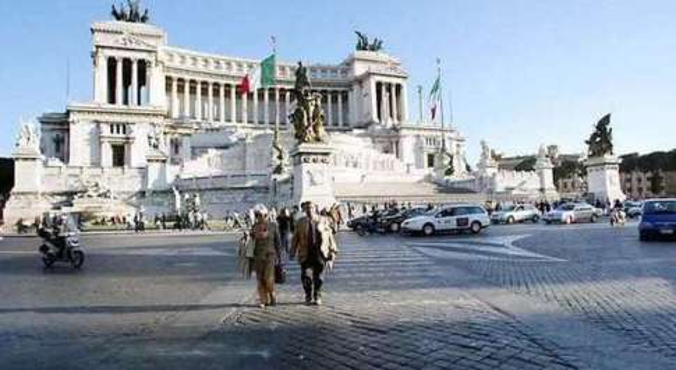 Roma, Campidoglio vende sampietrini Piazza Venezia: la strada sarà asfaltata