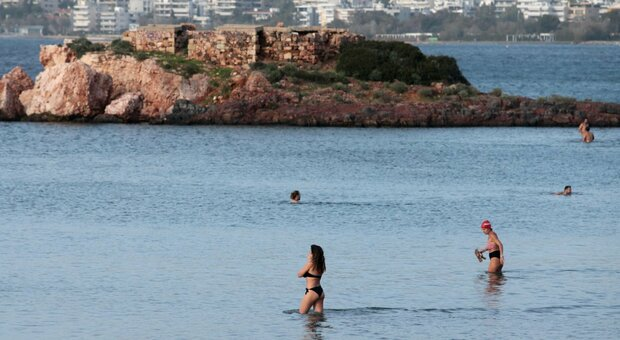 In Spagna ondata di gelo e in Grecia si fa il bagno al mare