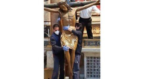 Il crocifisso miracoloso che ha battuto la peste nel XVI secolo arrivato in Vaticano