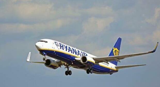 Paura sul volo Ryanair da Vienna: oggetti sospetti in bagno, due arrestati per terrorismo. Uno è italiano