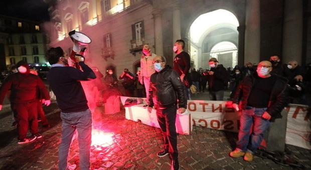 Covid, Campania zona rossa, scoppia la protesta a Napoli: in piazza mercatali e disoccupati