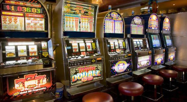 Roma, rovinato dalle slot machine le danneggia con l'acido