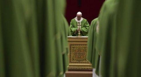 Papa chiude il Sinodo con un SOS: «Salviamo l'Amazzonia» poi condanna i cattolici farisei