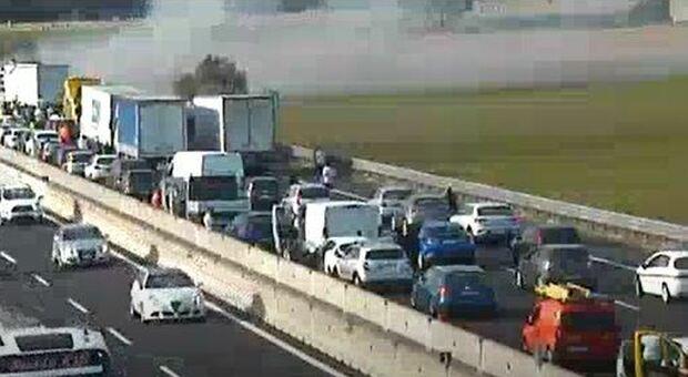Incidente sull'A1 tra Settebagni e Castelnuovo di Porto: scontro fra Tir e incendio, lunghe code