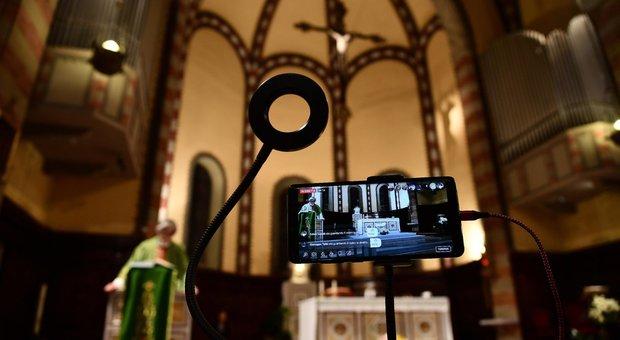Coronavirus, ogni sera alle 18.30 la messa va in streaming: a Genova il piano B di don Giacomo