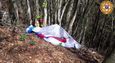 Cade con il parapendio sul monte Grappa, muore un turista polacco