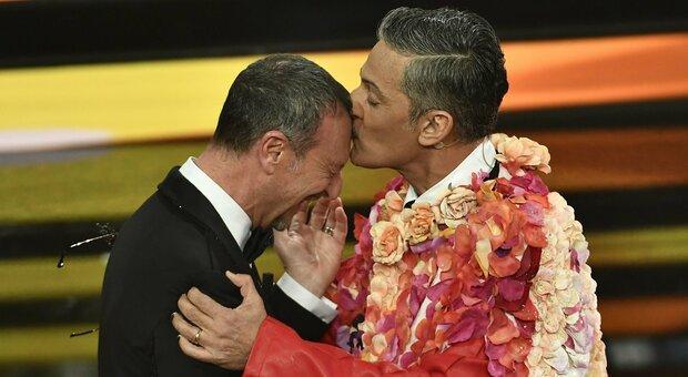 Fiorello (cappa e rossetto) bacia Amadeus e prende in giro Achille Lauro