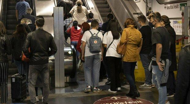 Roma Termini, scale mobili rotte: «Così salta il distanziamento»