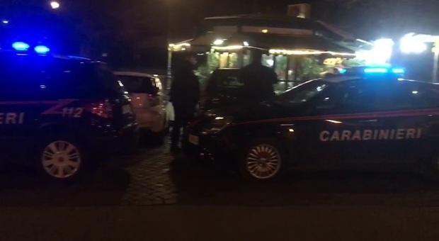 Roma, sorpreso in strada con droga e coltello: denunciato 21enne
