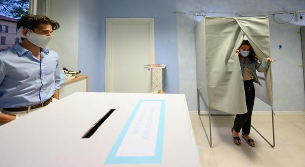 Elezioni, alle ore 12 affluenza al 12,25%. In Toscana 14,67%, Campania all'11,32