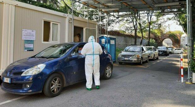 Roma, drive in tra disagi e attese, sistema di prenotazione in tilt: «Venti giorni per un referto»