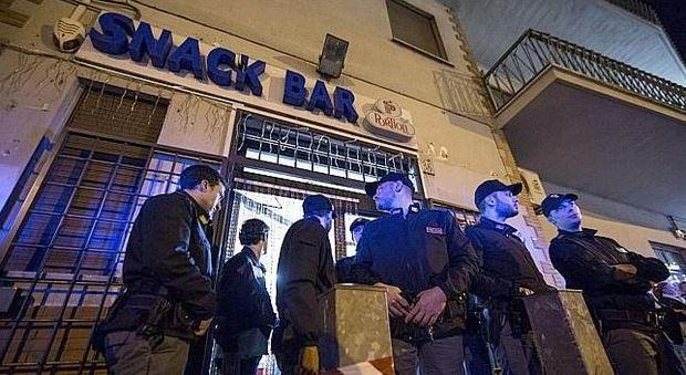 Orrore a Roma, uccide la moglie al bar: «Mi voleva lasciare»