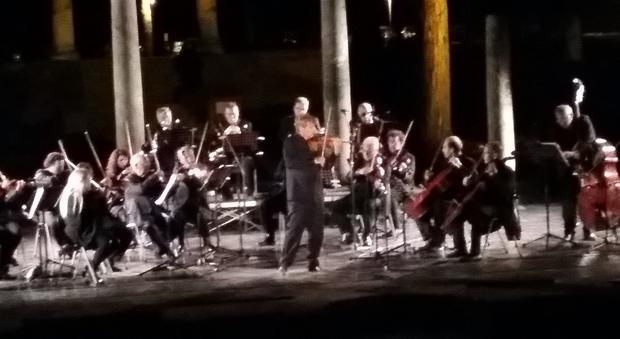 Roma, aerei a bassa quota sul teatro: Uto Ughi interrompe il suo concerto a Ostia