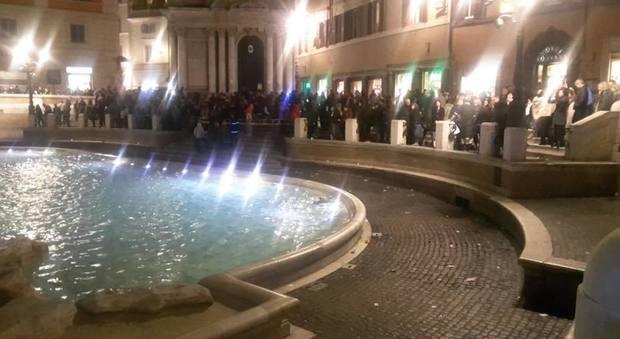Roma bagno proibito per due tifosi scozzesi multati e fontana chiusa per la ressa alle - Bagno fontana di trevi ...