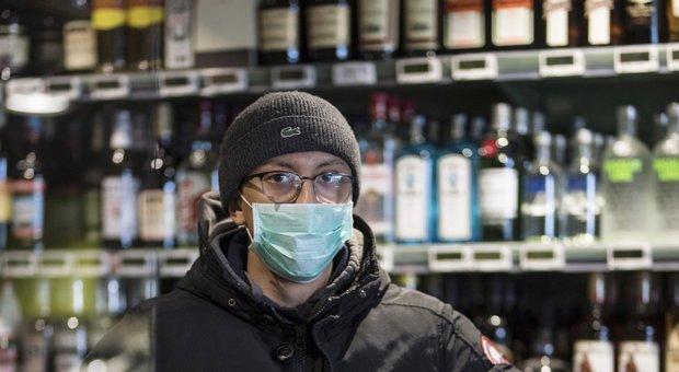 Coronavirus Torino, multato per aver comprato solo vino al supermercato: «Non è un bene necessario»