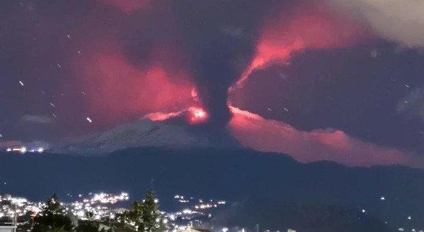 Etna, eruzione nella notte: pioggia di cenere su Catania, auto e strade «annerite»