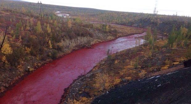 Russia, il fiume diventa rosso sangue: mistero in Siberia