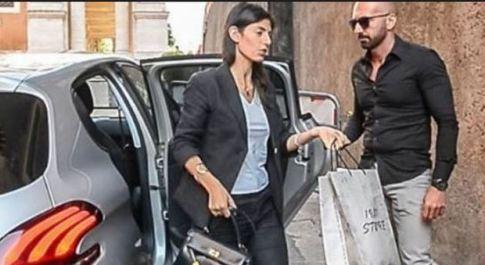 I social contro la Raggi e le borse radical chic: «Ipocrita, anche lei le indossa»