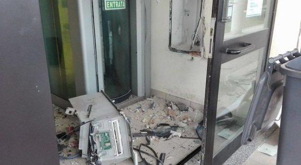 Banda di rapinatori fa esplodere bancomat: paura nella notte a Montesacro