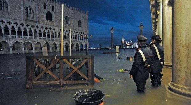 Venezia, chiusa piazza San Marco e stop ai vaporetti: marea a 154 cm, cala lentamente DIRETTA