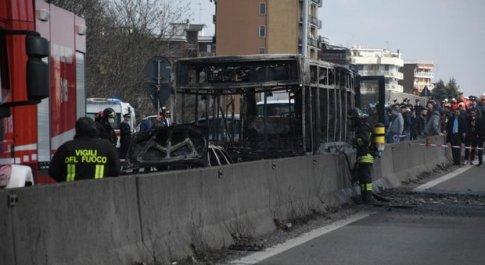 Bus dirottato a Milano, i bambini al telefono: aiuto mamma, l'autista dice che farà una strage