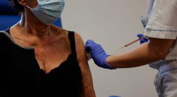Obbligo vaccinale, a rischio licenziamento 83.000 sanitari dello Stato di New York