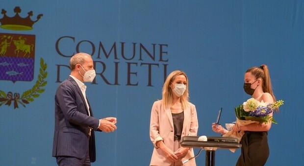 Valentina Vezzali sul palco del Rieti Sport Festival insieme all'assessore regionale Claudio Di Berardino (foto Ufficio Stampa Rsf)