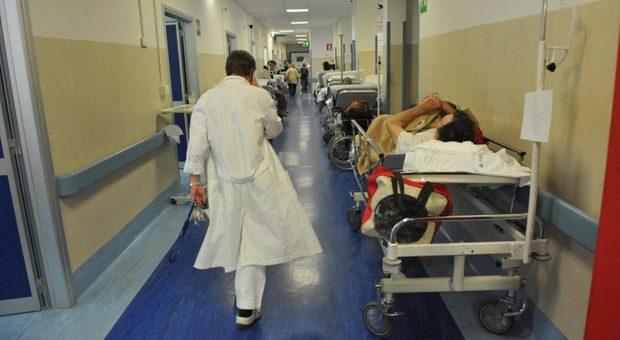 Metteva farmaci e sostanze tossiche nel cibo dato al marito in ospedale per ucciderlo: scoperta e arrestata