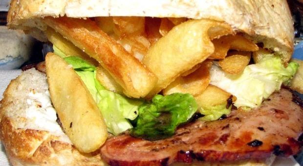 Mangia un panino e muore dopo 4 anni di agonia: è stato avvelenato da un collega durante la pausa pranzo
