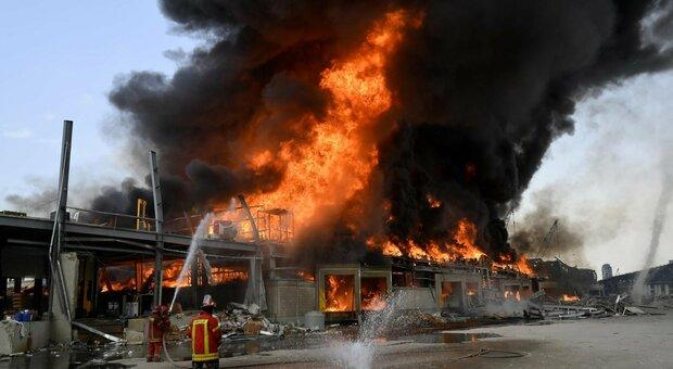 Beirut, nuovo incendio nel porto della capitale libanese: un mese fa l'esplosione che uccise 192 persone