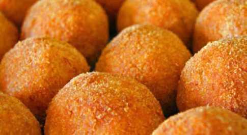 È Santa Lucia, a Palermo c'è l'abbuffata di arancine