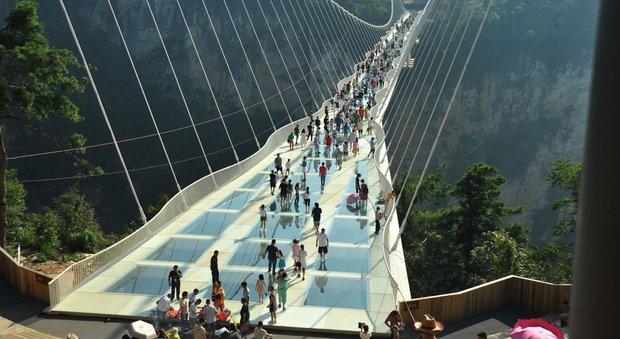 Chiude il ponte di vetro dei record: troppi visitatori
