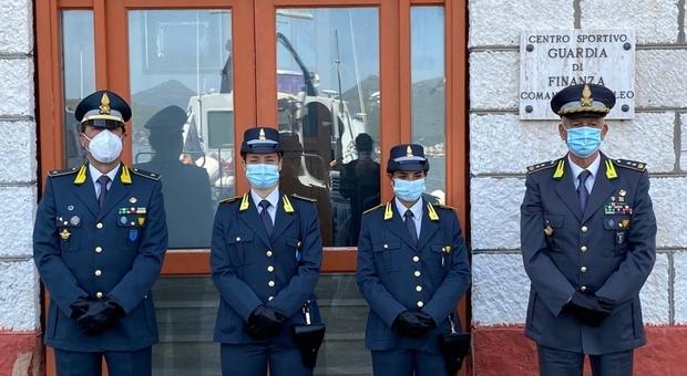 Le neo gialloverdi Carlotta Omari e Carolina Albano con il Comandante del IV Nucleo di Gaeta Enzo Di Capua (a destra)