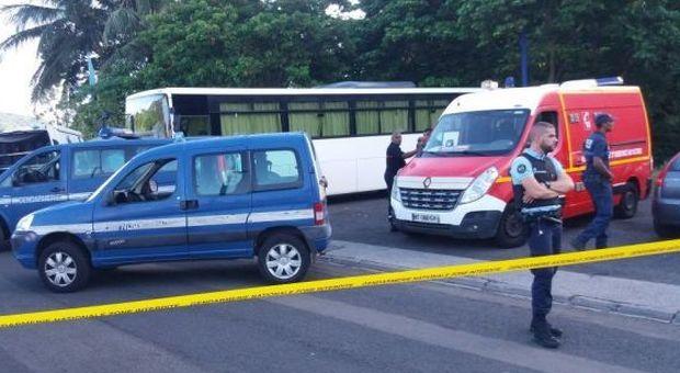 Bimbo di tre anni dimenticato al mattino e trovato morto dopo ore in uno scuolabus