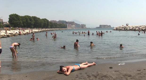 Napoli folla come ad agosto sui lidi di posillipo