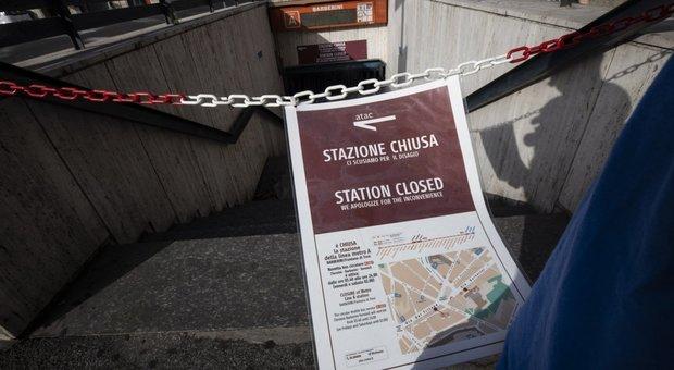 Una stazione chiusa sulla linea A della metropolitana di Roma