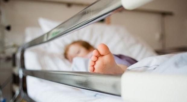Bergamo, bimba di 3 anni ingoia pila di orologio e muore soffocata