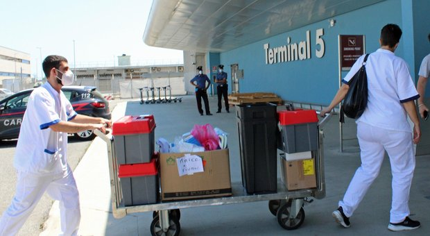Virus, in arrivo a Fiumicino aereo del Qatar dal Bangladesh: 80 a bordo, il giallo dei tamponi