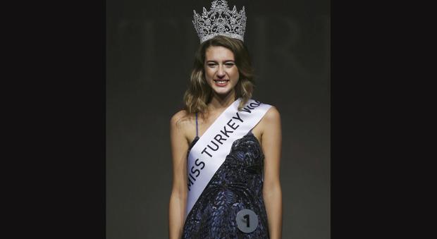 """Miss Turchia """"detronizzata"""" per un tweet, rischia un anno di carcere. Scrisse: """"Ho il ciclo, sangue per i martiri del golpe"""""""