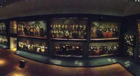 Veduta d'insieme della grande sala dell'Hermitage con gli enormi ritratti