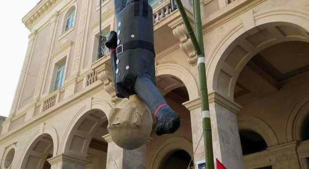 Macerata, pentolaccia choc per i bimbi in piazza: «Spacca la testa a Mussolini e vinci i dolci»