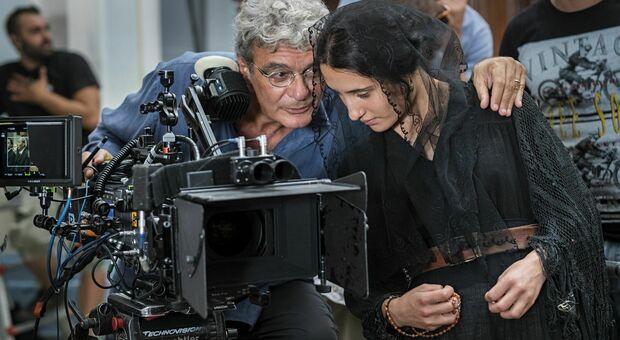 """Il regista Mario Martone con Marianna Fontana sul set del film """"Capri Revolution"""""""