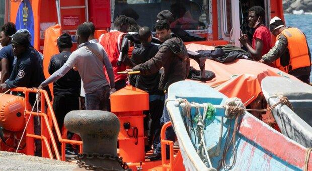 Migranti, isolati 25 poliziotti. E non si riescono a trovare le navi per la quarantena