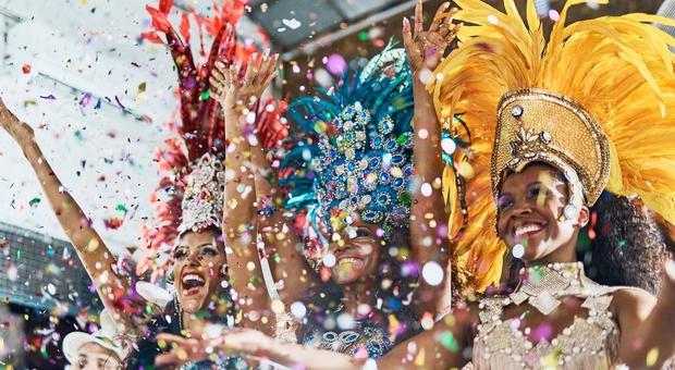Brasile, allarme contagi: rinviato il Carnevale di Rio. Non accadeva dal 1912